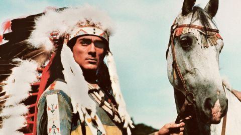 """Gojko Mitic als  Indianer-Häuptling Tokei-ihto in """"Die Söhne der großen Bärin"""" (1966)"""